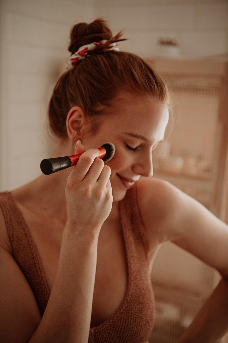 applying self tan on face by Anastasija thirsty for tan