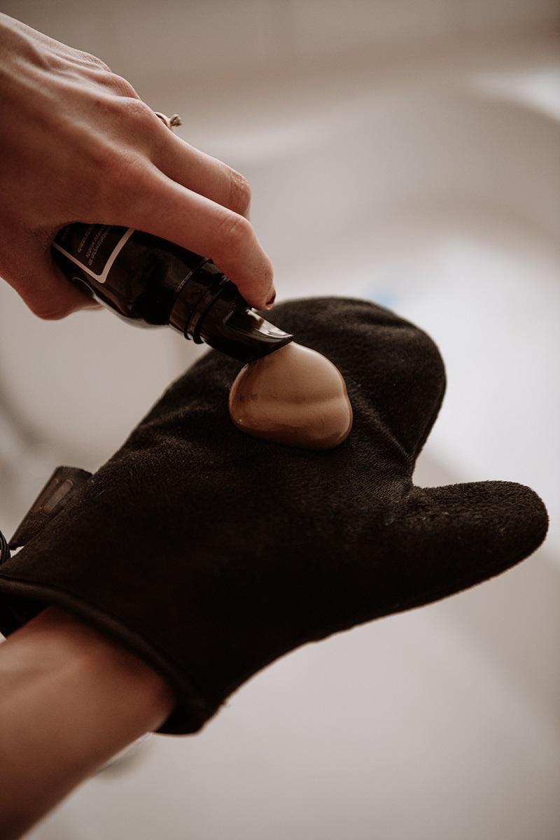 self tanning mousse on aa mitt by Anastasija Thirsty for tan