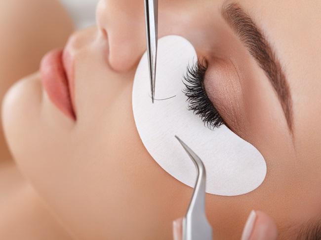 How To Spray Tan With Eyelash Extensions featured