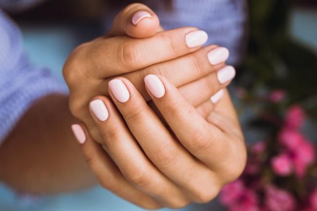 What Colour Nails Look Good on Tan Skin featured