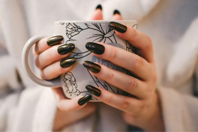 Best Colour of Nail Polish for Tanned Skin featured